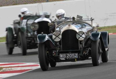 Nove decadi di Bentley in gara a Donington Park