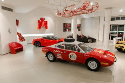 """La """"pazza idea"""": in Ferrari dalla Grande Muraglia a Place Vèndome"""