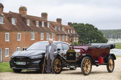 Un signore di 101 anni ha provato la Mustang Mach-E insieme ad una Model T