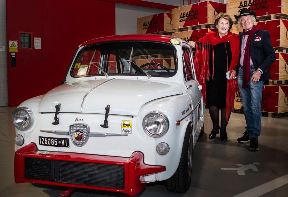 Anneliese Abarth e il pilota Arturo Merzario con la Fiat Abarth 1000