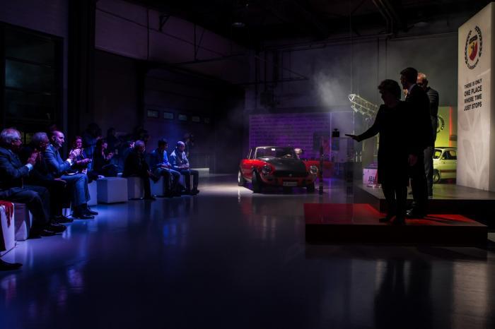 Il momento dell'inaugurazione, con l'arrivo di una Fiat Abarth 124 Rally