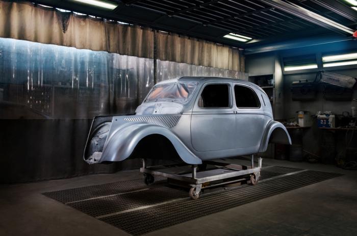 Un momento del restauro della Lancia Aprilia.