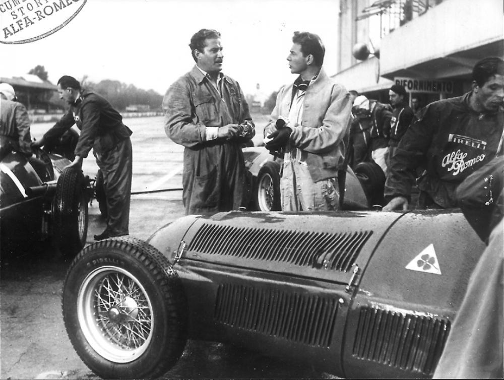 Uno smagliante Amedeo Nazzari (a sx) con l'Alfetta a Monza, sul set del film _Ultimo incontro_ del 1951