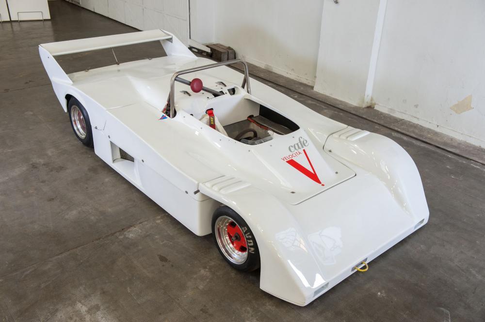La SYMBOL SPORT LM-N del 1987 è un'auto costruita in pochi esemplari dal leggendario pilota Arturo Merzario, che l'ha guidata. Arturo Francesco Merzario, classe 1943, ha gareggiato in tutte le discipline, dalle piccole turismo fino alla Formula 1 per la Ferrari, AlfaRomeo, Frank Williams, Fittipaldi, Osella, Wolf Racing, etc., disputando le più celebri competizioni del mondo: la 24 Ore di Daytona, 1000Km del Nurburgring, 12 ore di Sebring, 1000km di Monza, Targa Florio, GranPremio di Monaco, e numerose altre. Nel 1978 tentò la strada del costruttore in Formula1, con le monoposto Merzario A1, A2, A3 e A4, ma le scarse risorse finanziarie lo indussero al ritiro dalle competizioni nelle massime formule nel 1984. Un anno dopo Merzario si ripresentò vincendo il neonato Campionato Italiano Prototipi con una Lucchini-Alfa Romeo. Nel 1986, con la collaborazione della Lucchini, costruì una vettura Sport Prototipo in pochi esemplari con marchio Symbol. La vettura biposto era modificata dalla Lucchini e dotata anch'essa di un motore Alfa Romeo 3000 V6. Con la Symbol, Merzario ha disputato numerose edizioni del Campionato Italiano Prototipi fino al 1990, riscuotendo molti successi.