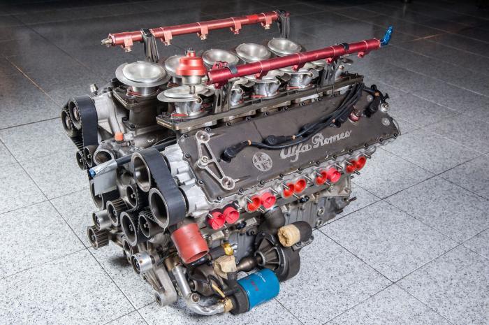 Il motore da competizione V1035 AlfaRomeo 164 Pro-Car del 1986, con tecnologia F.1, rappresenta una parte di storia interessante della Casa del Biscione. Il motore avrebbe dovuto essere installato sulle vetture Ligier di Formula 1 per la Stagione 1987, nel periodo in cui Fiat comprava Alfa Romeo, ancora impegnata in F1 e partner di Ligier per sviluppare un motore aspirato V10. Considerando che Fiat possedeva la Ferrari e non poteva avere un concorrente in casa, l'accordo con la Ligier venne annullato e purtroppo anche l'impegno dell'AlfaRomeo in Formula 1. Il motore V10 era però pronto. Con un angolo tra le bancate di 72° e 3.5 litri di cilindrata, erogava circa 620 CV a oltre 13.000 giri e 383 Nm di coppia a 9.500 giri. Venne sviluppata l'Alfa Romeo 164 Pro-Car, uno dei progetti più belli della storia automobilistica, che avrebbe dovuto correre il Campionato Production Car, ideato da Bernie Ecclestone ma che non vide mai l'inizio. L'idea era quella di far correre delle vetture con una carrozzeria simile ad un'auto di serie, ma con una meccanica da Formula 1. Infatti la 164 Pro-Car aveva una un telaio monoscocca in kevlar e tubi in alluminio, le sospensioni sia anteriori che posteriori erano a doppi quadrilateri tipo push rod. Secondo l'AlfaRomeo l'accelerazione avveniva da 0 a 100 km/h in soli 2,1 secondi, e la velocità massima sopra i 300 km/h.