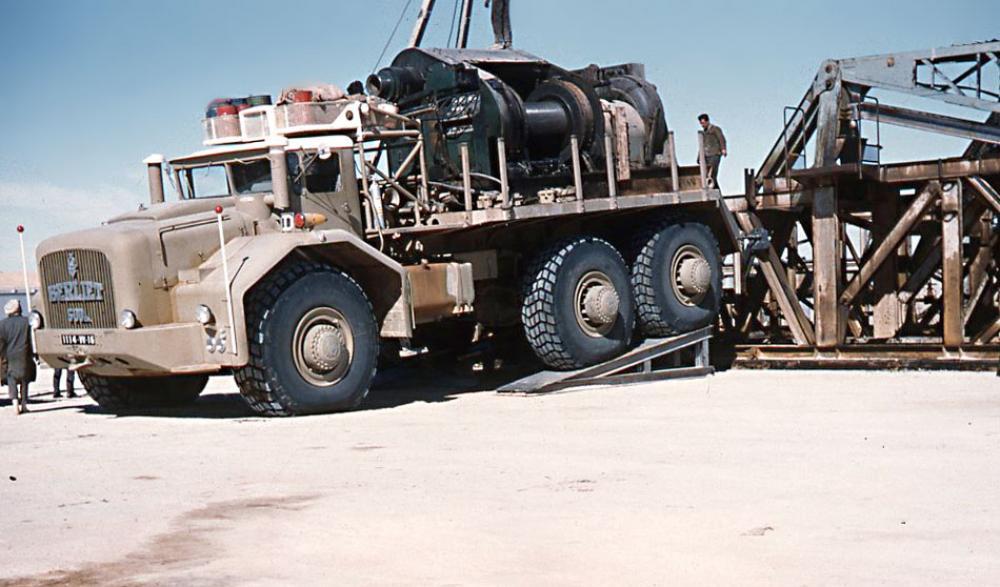 Un verricello da 30 tonnellate trasportato sul T100-02 ad Hassi Messaoud nel 1959.