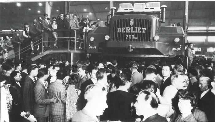 La presentazione del BerlietT100 al Motor Showa Parigi, Porte des Versailles, nel 1957.