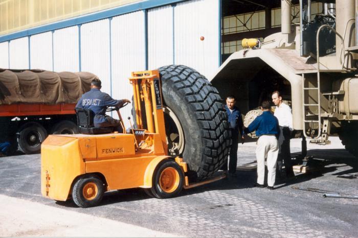 La sostituzione di un pneumatico nel 1960 a Ouargla.