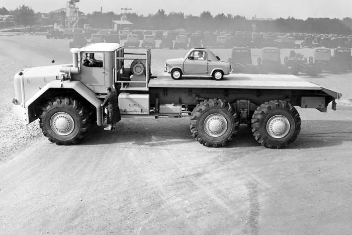 Una Vespa 400 e il BerlietT100: il raffronto delle dimensioni è strabiliante.