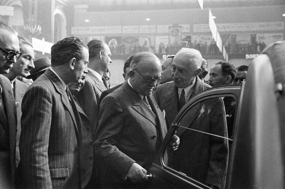 Salone di Parigi, 6 ottobre 1948, Pierre-Jules Boulanger (a destra) mostra la nuova 2CV al Presidente della Repubblica, Vincente Auriol (al centro con gli occhiali).