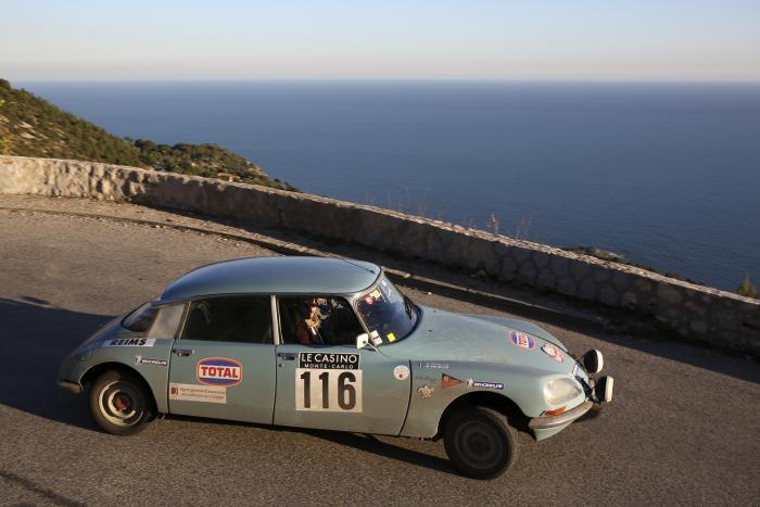 Una Citroen DS impegnata sulle strade sopra Monte-Carlo.